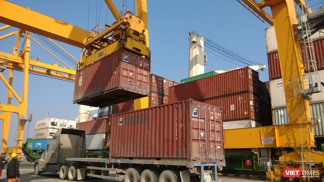 Vận tải hàng hóa qua các cảng khu vực Hải Phòng hiện chủ yếu phụ thuộc vào xe container. Ảnh: Quốc Dũng