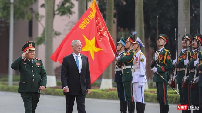 Bộ trưởng Quốc phòng Hợp chủng quốc Hoa Kỳ - ngài James Mattis - duyệt đội danh dự Quân đội nhân dân Việt Nam