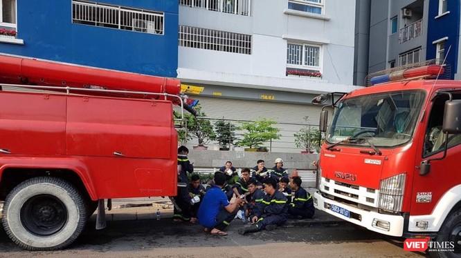 Xe cứu hỏa trong vụ cháy chung cư cao cấp Carina Plaza ngày 23/3.