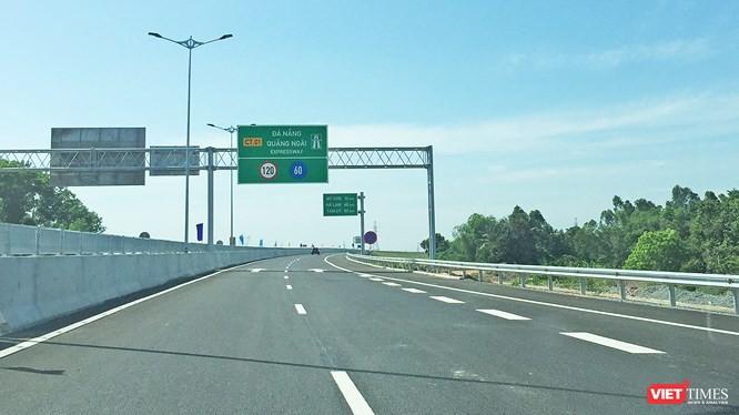 Cao tốc Đà Nẵng - Quảng Ngãi vừa thông xe đã hỏng, phải bóc bỏ nhiều đoạn mặt đường để làm lại. Ảnh: Xuân Mai