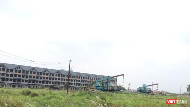 Khu đô thị có một số dãy biệt thự liền kề bỏ trống, chưa hoàn thiện, phần lớn diện tích để hoang hóa chưa đầu tư, hệ thống hạ tầng kỹ thuật chưa đầu tư.