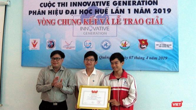 Ông Hoàng Hữu Hùng – Ủy viên thường vụ BCH Hội đã thay mặt Hội lên trao giải ý tưởng công nghệ xuất sắc bao gồm bằng khen của Hội và tiền thưởng.