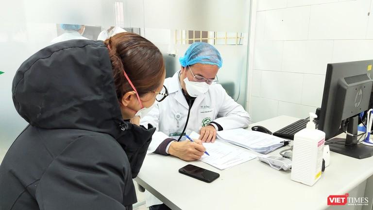 """Từ vụ hàng trăm nhân viên y tế nghỉ việc ở BV Bạch Mai: Chất xám ở BV công có """"chảy"""" sang BV tư?"""