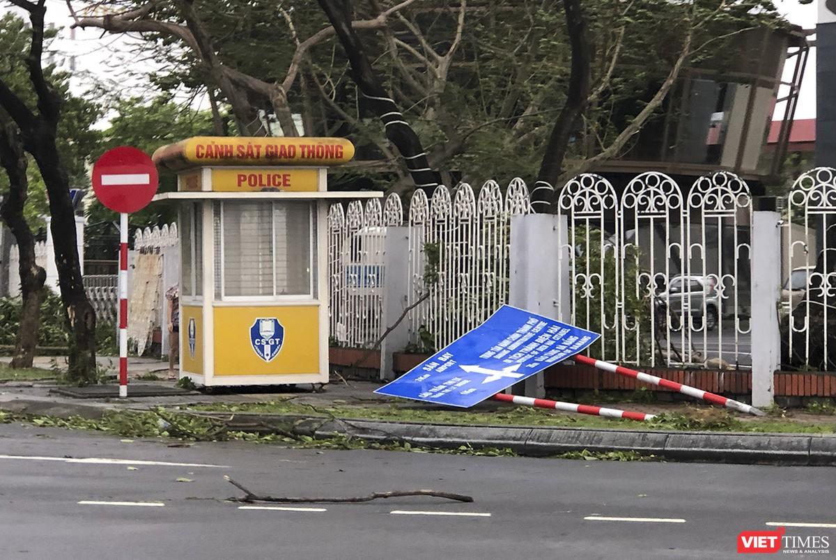 """Đà Nẵng như bãi chiến trường sau trận """"càn quét"""" của siêu bão số 9 ảnh 11"""