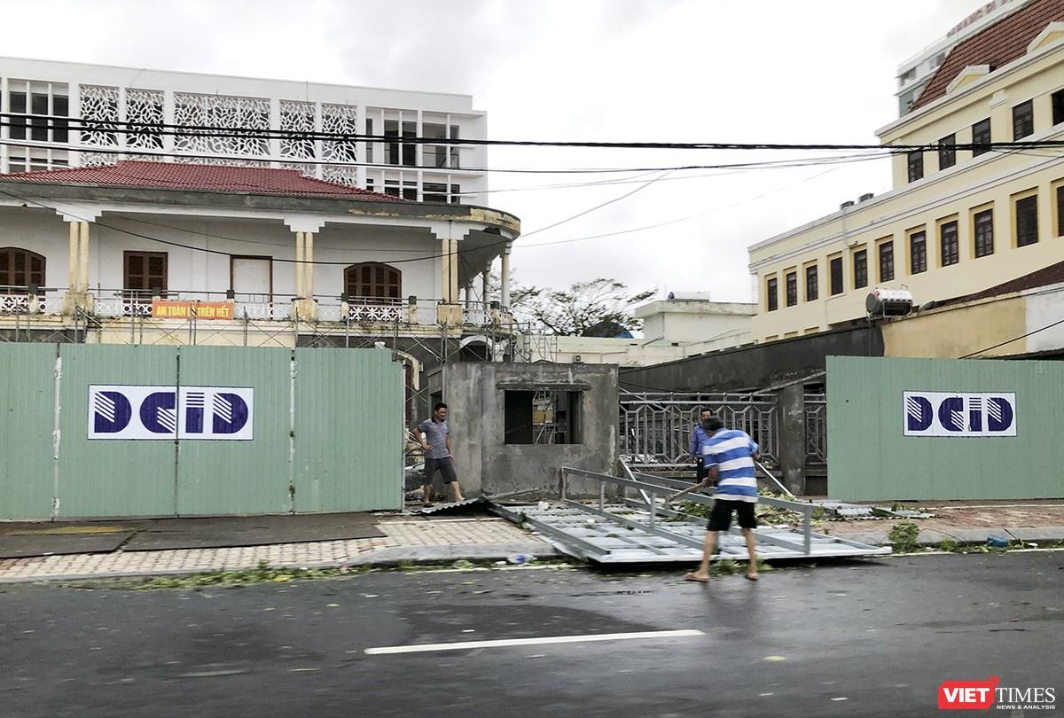"""Đà Nẵng như bãi chiến trường sau trận """"càn quét"""" của siêu bão số 9 ảnh 3"""