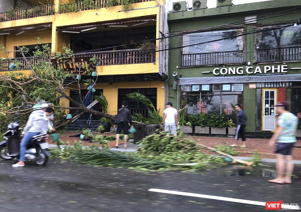 """Đà Nẵng như bãi chiến trường sau trận """"càn quét"""" của siêu bão số 9 ảnh 20"""
