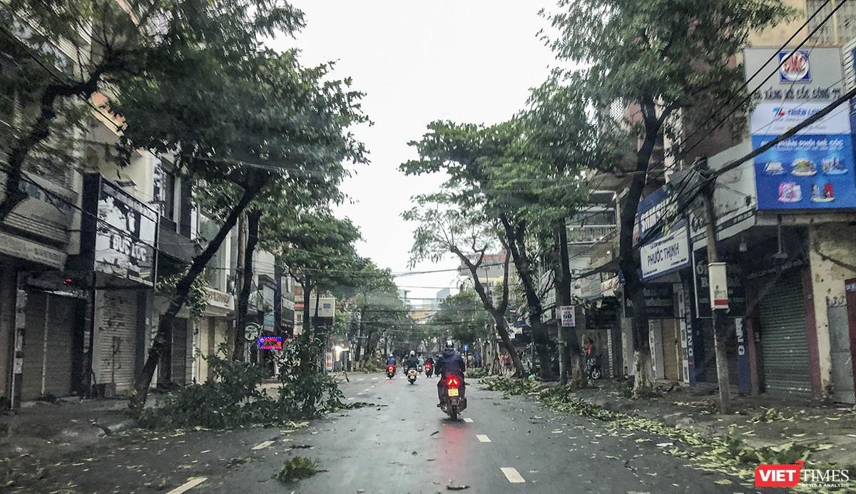 """Đà Nẵng như bãi chiến trường sau trận """"càn quét"""" của siêu bão số 9 ảnh 2"""