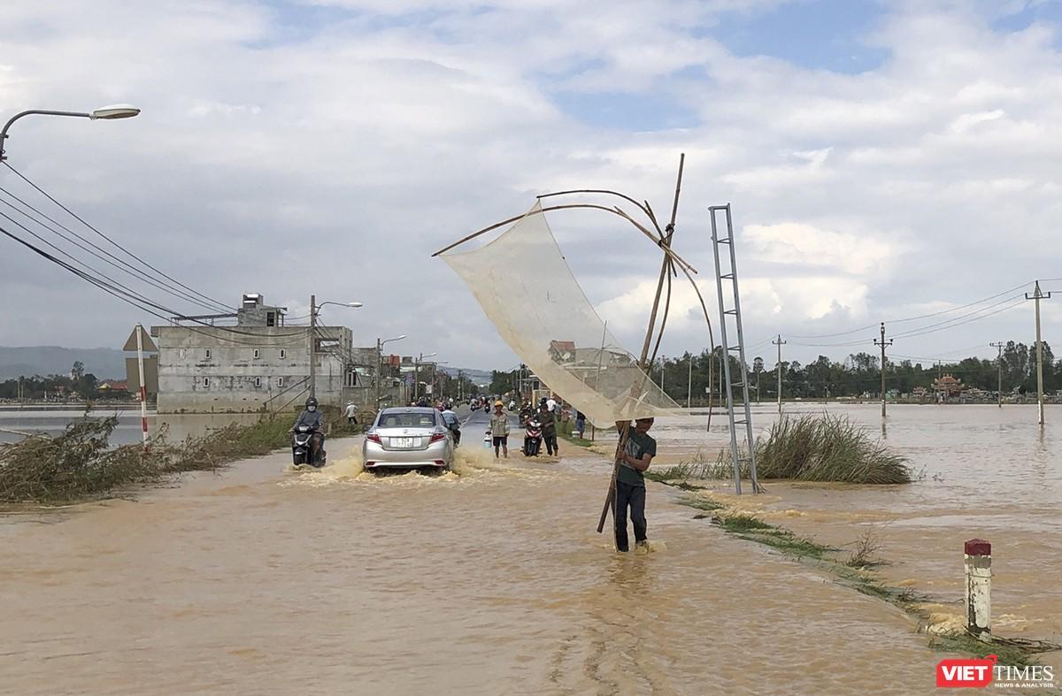 Quảng Nam: Thủy điện Đắk Mi 4 xả lũ, hạ du sông Vu Gia chìm trong nước ảnh 11