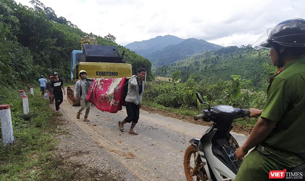 Cận cảnh cứu hộ nạn nhân sạt lở đất ở Trà Leng ảnh 9
