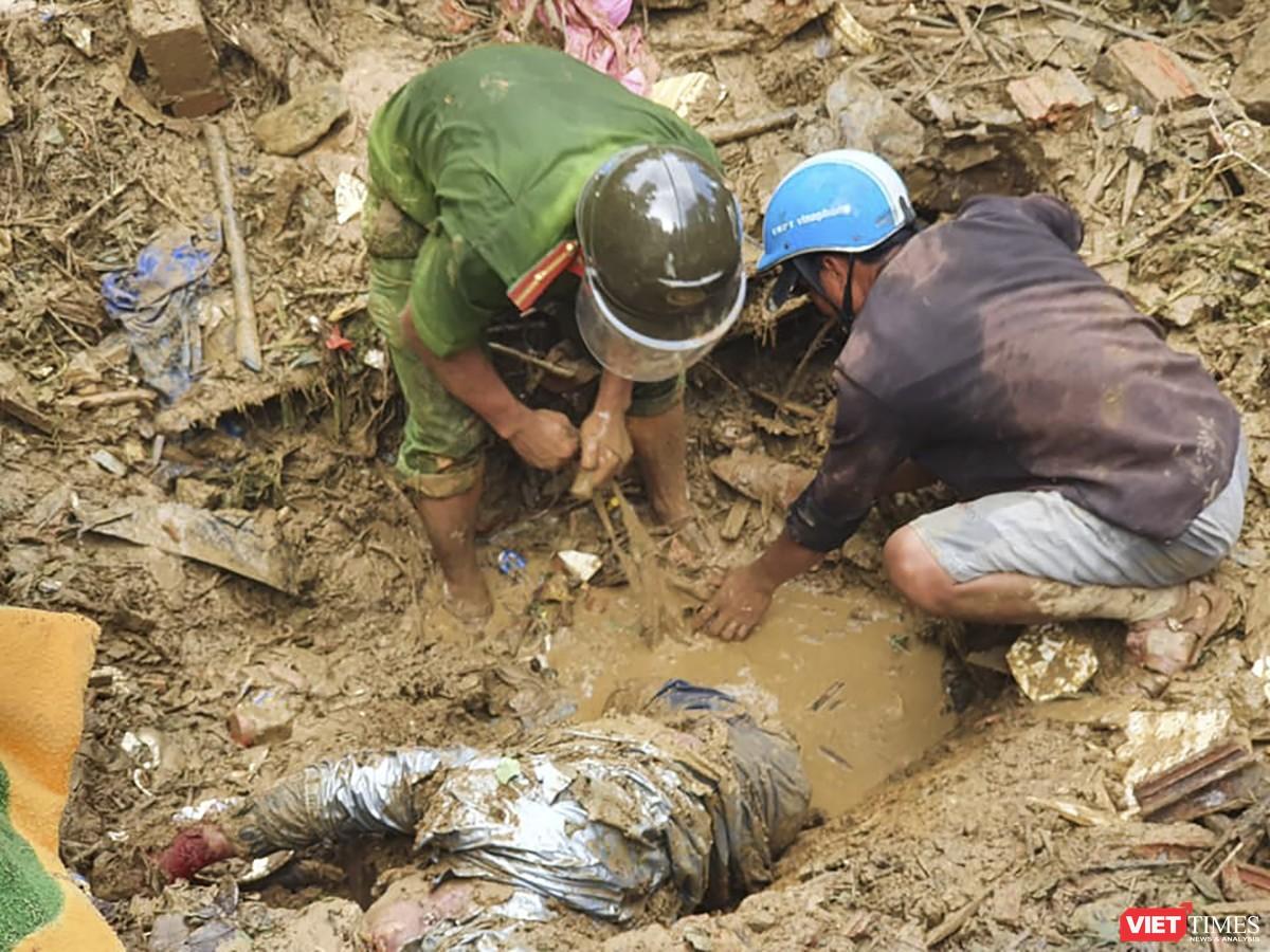 Cận cảnh cứu hộ nạn nhân sạt lở đất ở Trà Leng ảnh 8