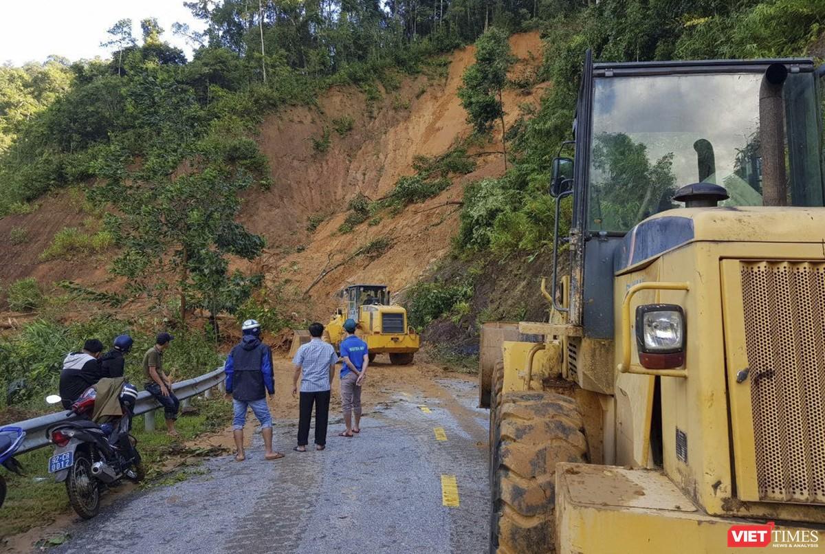 Cận cảnh cứu hộ nạn nhân sạt lở đất ở Trà Leng ảnh 1