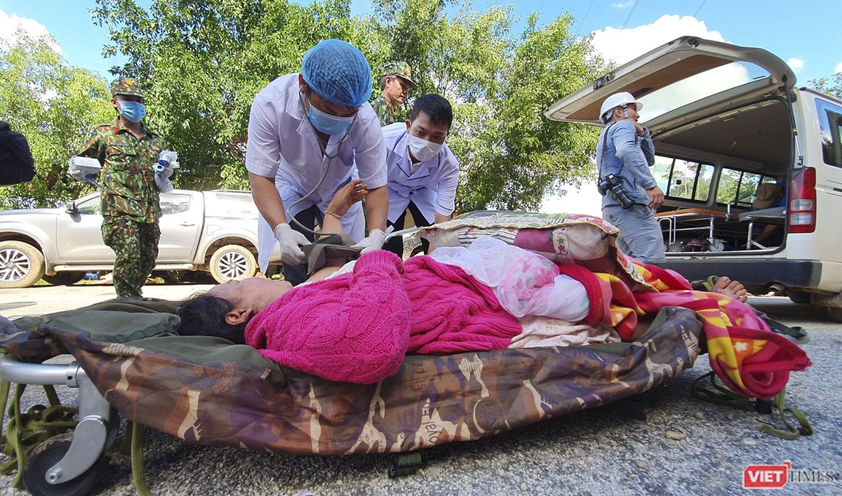 Cận cảnh cứu hộ nạn nhân sạt lở đất ở Trà Leng ảnh 23