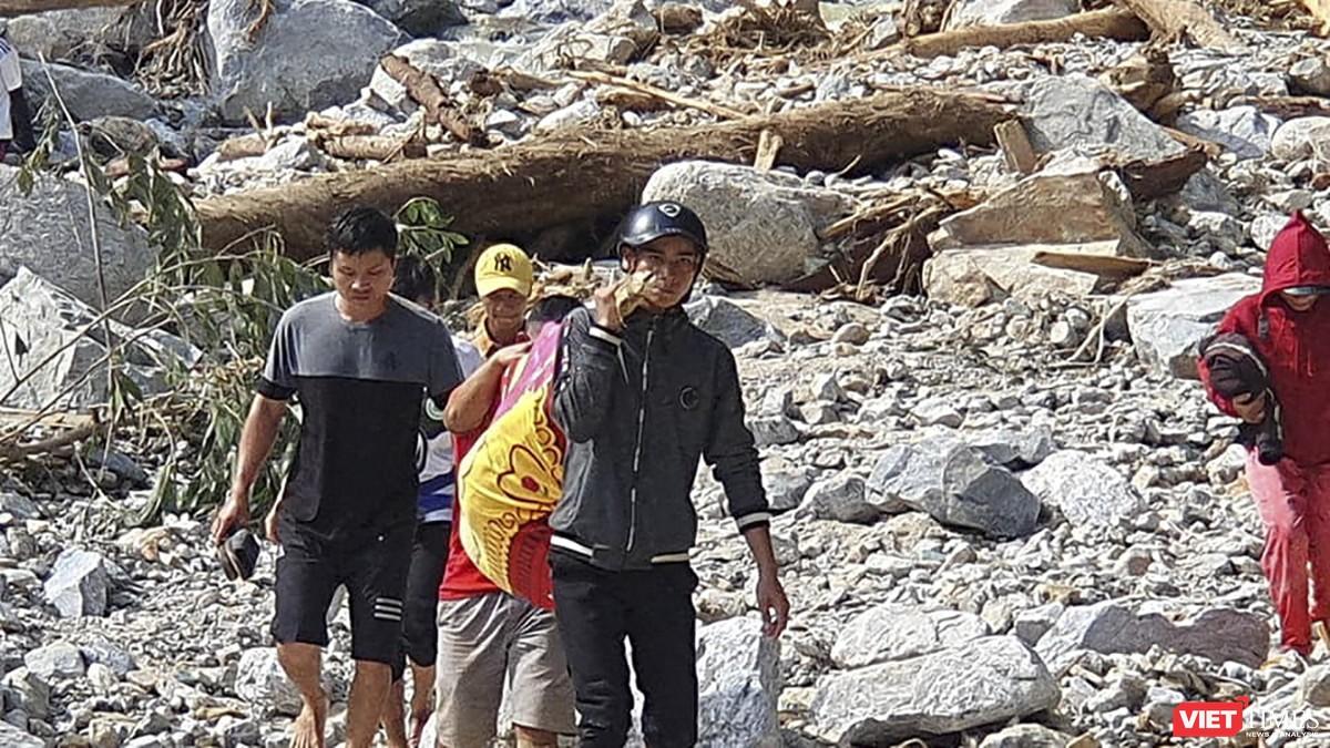 Cận cảnh cứu hộ nạn nhân sạt lở đất ở Trà Leng ảnh 12