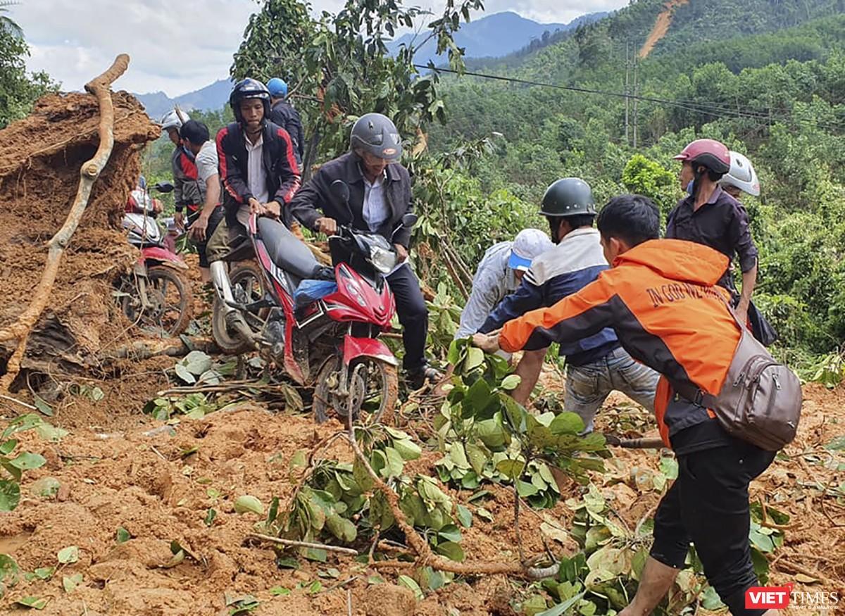 Cận cảnh cứu hộ nạn nhân sạt lở đất ở Trà Leng ảnh 3