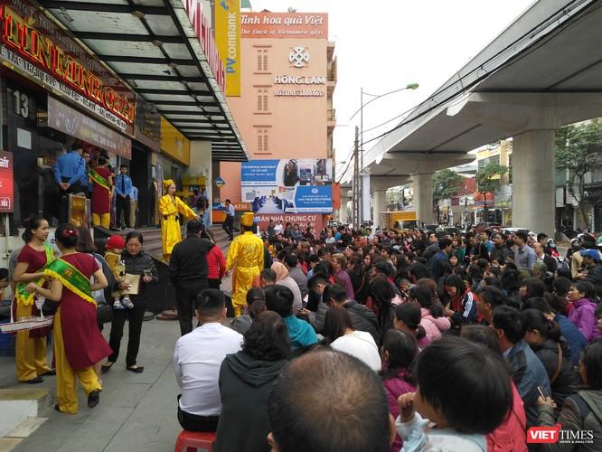 Người dân ngồi xếp hàng chờ đến lượt mua vàng tại một cửa hàng trên đường Cầu Giấy, Hà Nội
