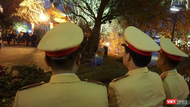 Các chiến sĩ cảnh sát vẫn phải túc trực trong đêm ngày 30 để đảm bảo an ninh.