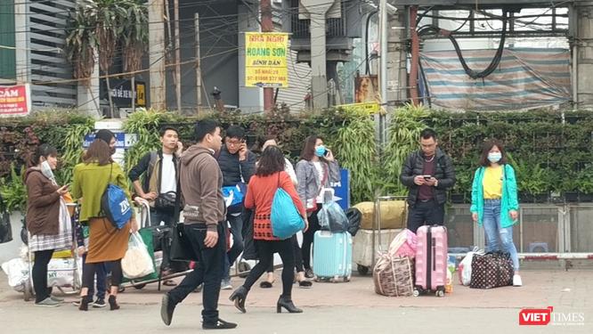 Người dân ùn ùn đổ về Hà Nội sau đợt nghỉ Tết ảnh 2