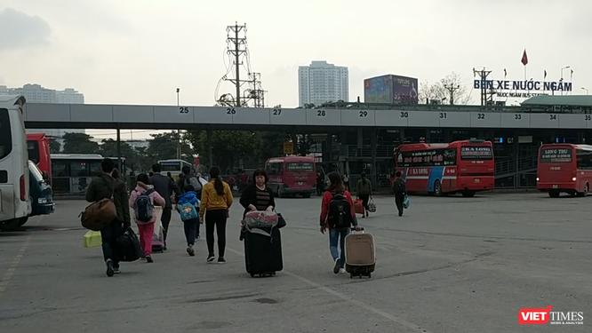 Người dân ùn ùn đổ về Hà Nội sau đợt nghỉ Tết ảnh 1