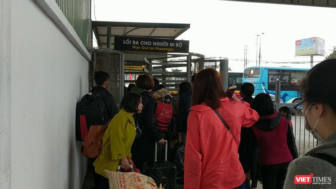 Người dân ùn ùn đổ về Hà Nội sau đợt nghỉ Tết ảnh 3