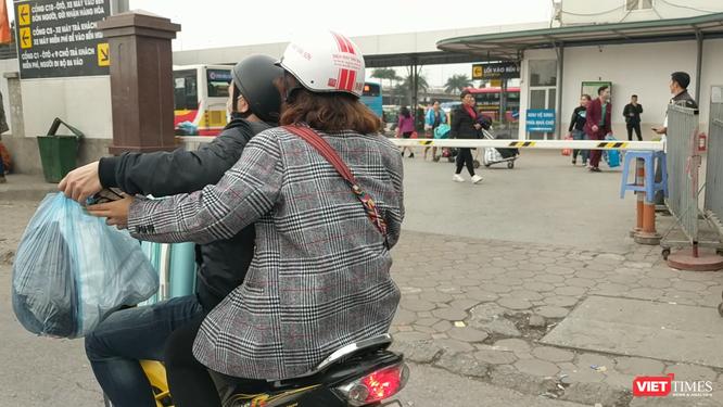 Người dân ùn ùn đổ về Hà Nội sau đợt nghỉ Tết ảnh 4