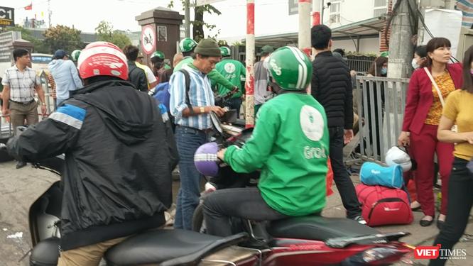 Người dân ùn ùn đổ về Hà Nội sau đợt nghỉ Tết ảnh 5