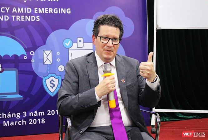 Ông Eric Miller trả lời phỏng vấn trong cuộc Tọa đàm An ninh mạng: Kinh nghiệm quốc tế và Điều chỉnh chính sách ở Việt Nam (23/3). Nguồn: VietTimes