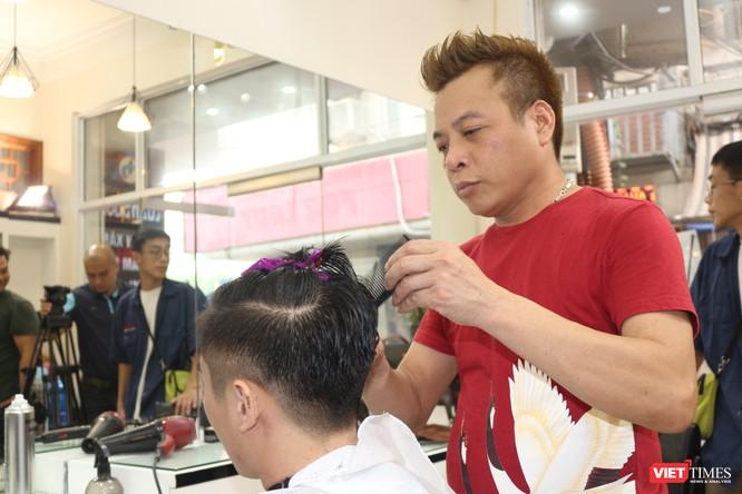 Cắt tóc giống Donald Trump - Kim Jong Un giá 0 đồng giữa lòng Hà Nội ảnh 2