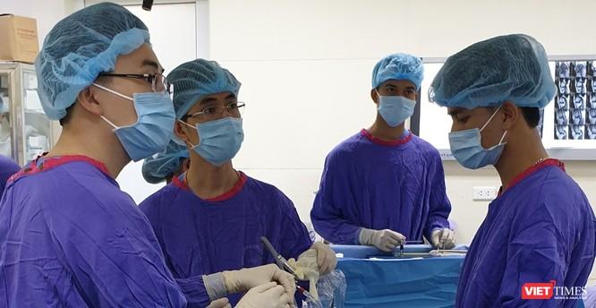 TS. Đỗ Văn Minh – Phó Trưởng khoa Chấn thương chỉnh hình và Y học thể thao, Bệnh viện Đại học Y Hà Nội đang phẫu thuật