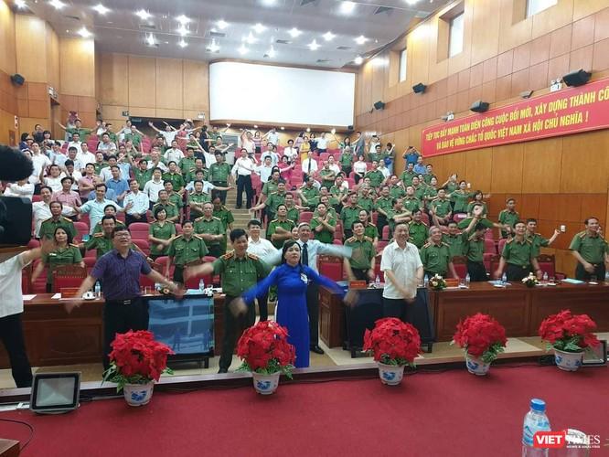 Bộ trưởng Bộ Công an Tô Lâm, Bộ trưởng Bộ Y tế Nguyễn Thị Kim Tiến cùng tập thể dục giữa giờ để nâng cao sức khỏe