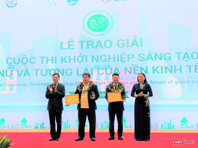 Chủ tịch Hội LHPN Việt Nam Nguyễn Thị Thu Hà và Thứ trưởng Bộ KH&CN Trần Văn Tùng trao giải Sáng tạo