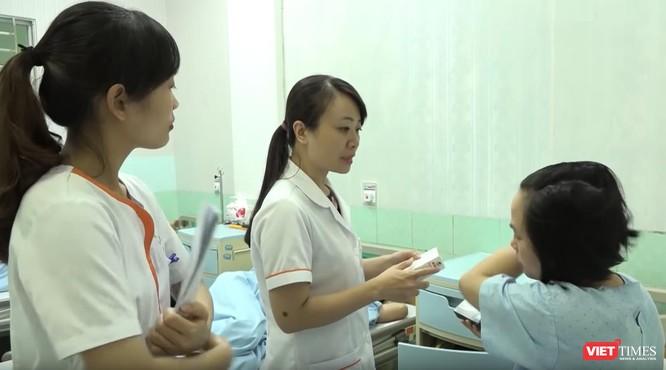 Ths. Lê Thị Thu Hiền chăm sóc bệnh nhân đến TTTON