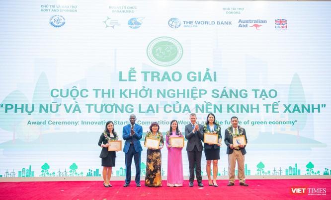 Giám đốc Ngân hàng Thế giới Ousmane Dione va Tham tán Uc Justin Baguley trao giải Thách Thức