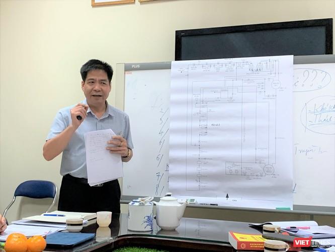 TS. Lê Thanh Hải - Viện trưởng Viện Trang thiết bị và Công trình y tế bên sơ đồ sục rửa màng RO