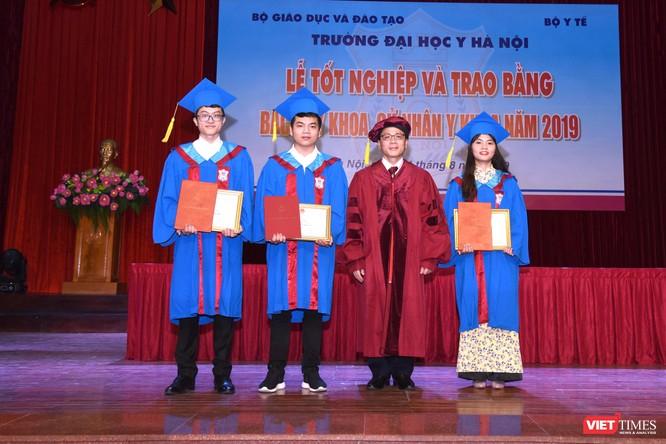 GS.TS. Tạ Thành Văn – Hiệu trưởng Trường Đại học Y Hà Nội trao thưởng cho 3 tân bác sĩ đỗ thủ khoa toàn ngành