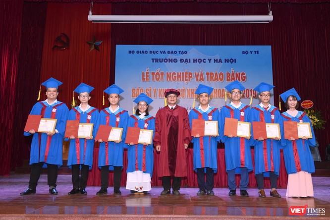 PGS.TS. Nguyễn Đức Hinh - Bí thư Đảng ủy Trường Đại học Y Hà Nội trao thưởng cho các sinh viên tiêu biểu