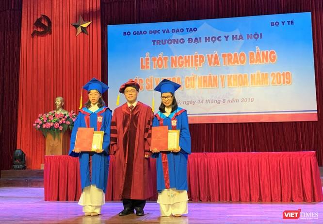 GS. TS. Tạ Thành Văn trao thưởng cho 2 tân bác sĩ Đàm Tuyết Lan và Nguyễn Thị Bắc đỗ thủ khoa toàn khóa