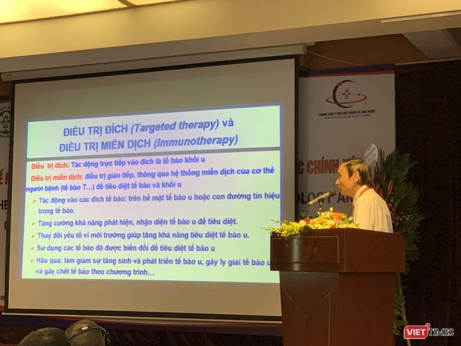 """GS.TS. Mai Trọng Khoa - Trưởng đơn vị Gen – Tế bào gốc, Bệnh viện Bạch Mai) trình bày kết quả """"Điều trị đích và điều trị miễn dịch trong ung thư"""";"""