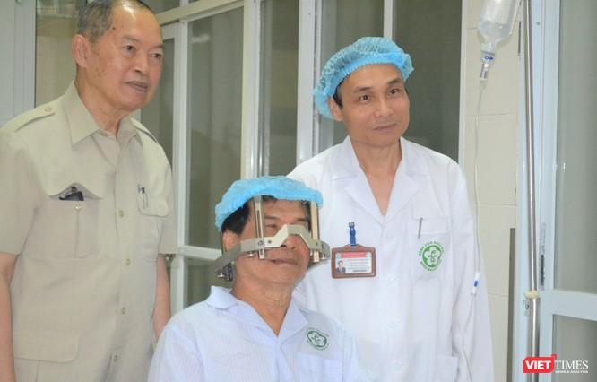 GS.TS. Mai Trọng Khoa theo dõi việc điều trị cho bệnh nhân ung thư