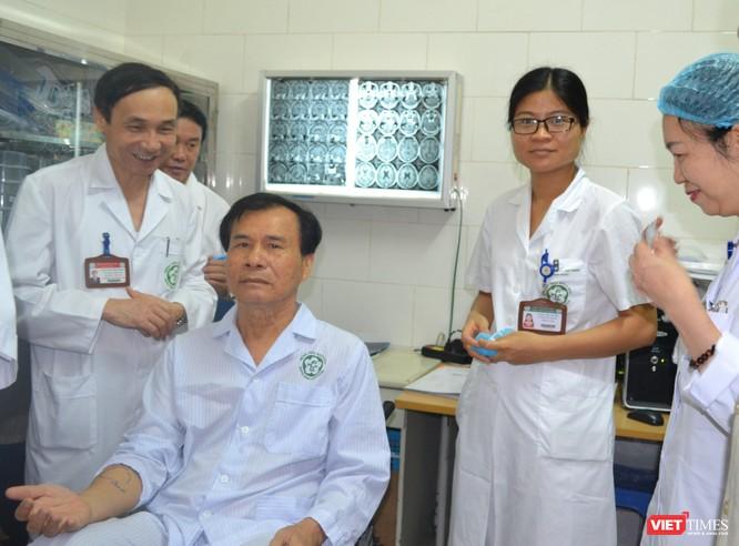 GS.TS. Mai Trọng Khoa và các cộng sự chúc mừng bệnh nhân ung thư đã điều trị thành công