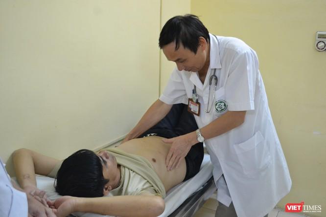 GS.TS. Mai Trọng Khoa kiểm tra sức khỏe cho bệnh nhân ung thư khi điều trị bằng các kỹ thuật tiên tiến