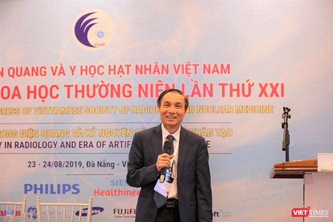 GS.TS. Mai Trọng Khoa – Phó Chủ tịch Hội Điện quang và Y học hạt nhân Việt Nam - trình bày các kết quả trong điều trị ung thư bằng y học hạt nhân