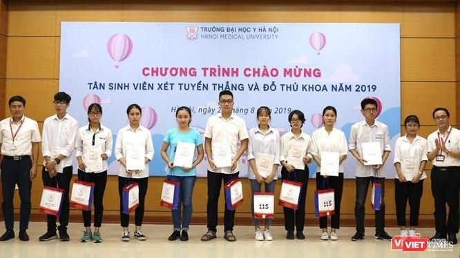 GS.TS. Tạ Thành Văn - Hiệu trưởng Trường Đại học Y Hà Nội - trao thưởng cho các tân sinh viên xuất sắc