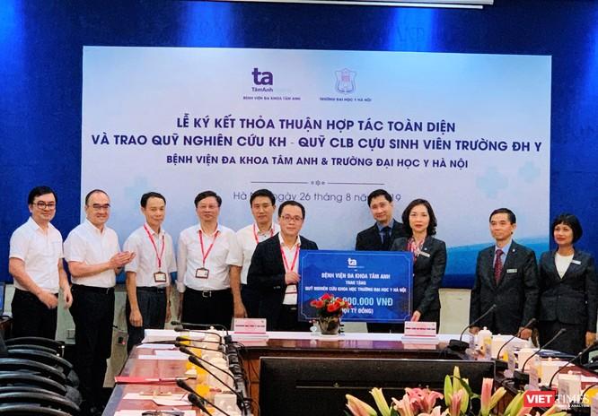 Tiếp nhận 1 tỷ đồng cho nghiên cứu khoa học ở Trường Đại học Y Hà Nội