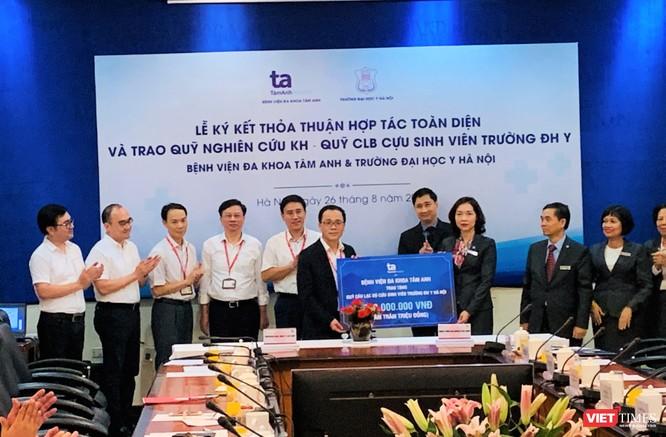Tiếp nhận 500 triệu đồng cho CLB cựu sinh viên Trường Đại học Y Hà Nội