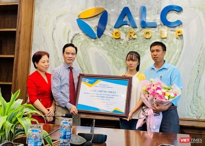 Ông Chu Văn An - Chủ tịch HĐQT Tập đoàn ALC trao gói hỗ trợ cho em Trịnh Thị Phúc