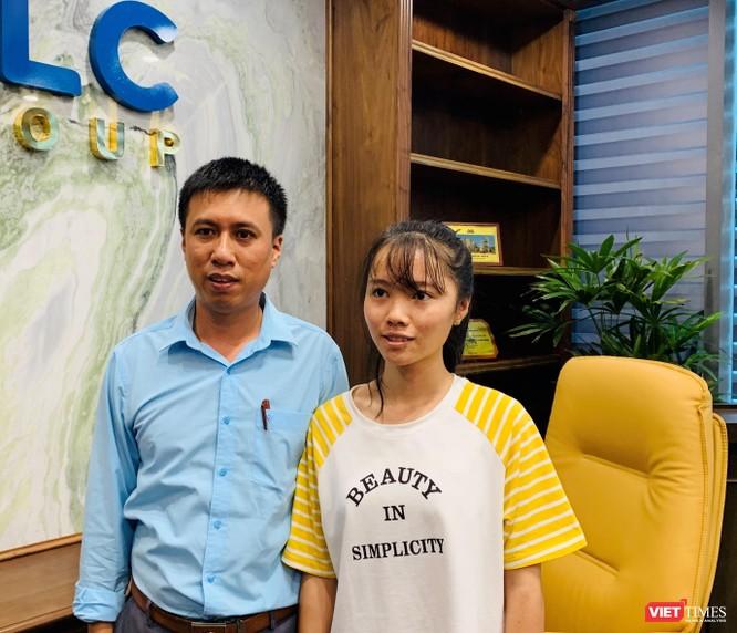 Trịnh Thị Phúc và thầy Hoàng Văn Dũng – Phó Hiệu trưởng Trường THPT Thọ Xuân 4 - người đã cưu mang Phúc suốt những năm học THPT