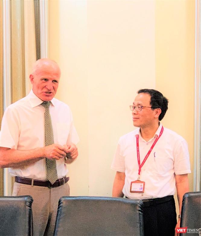 Viện sĩ Sidelnikov Nikolai Ivanovich và GS.TS. Tạ Thành Văn trao đổi về sự hợp tác cùng phát triển