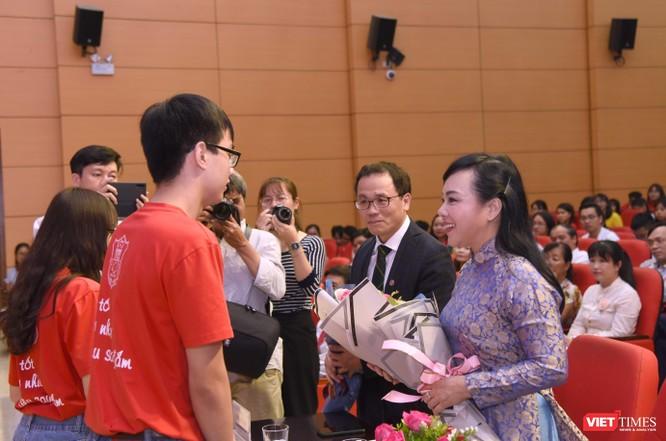 Các sinh viên tặng hoa Bộ trưởng Nguyễn Thị Kim Tiến và Hiệu trưởng Tạ Thành Văn