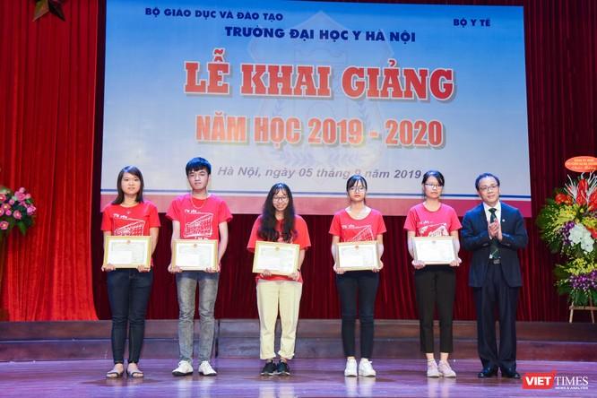 GS.TS. Tạ Thành Văn - Hiệu trưởng Trường Đại học Y Hà Nội - tặng giấy khen và phần thưởng cho các sinh viên xuất sắc