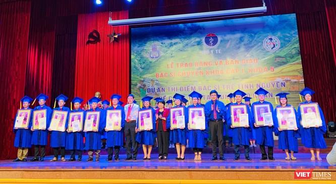 Bà Nguyễn Thúy Anh – Chủ nhiệm Ủy ban các Vấn đề Xã hội của Quốc hội, đại diện Bộ Y tế và Trường Đại học Y Hà Nội tặng quà các bác sĩ trẻ tình nguyện